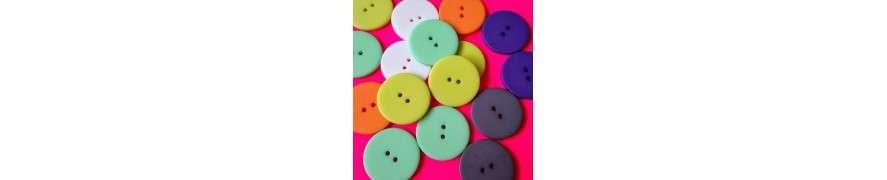 Stofbetrukne knapper med mønster eller ensfarvet stof