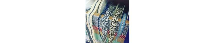 Pynte bånd i et stort udvalg af farver og bredder.